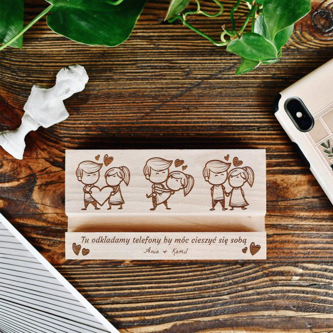 Personalizowany drewniany stojak na telefon